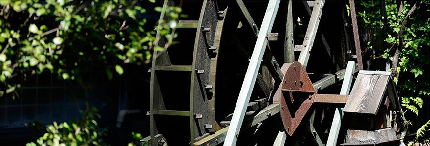 「もちの家」外観 水車 写真